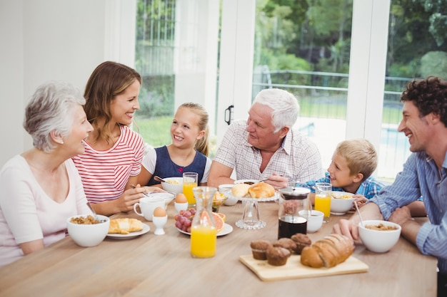 Glückliche familie von mehreren generationen, die frühstückt