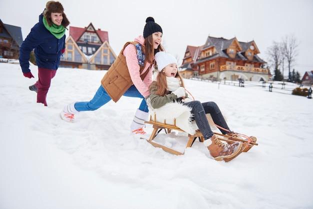 Glückliche familie während der winterferien