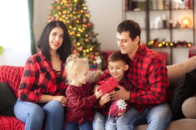 Glückliche familie zu hause, die auf weihnachten wartet