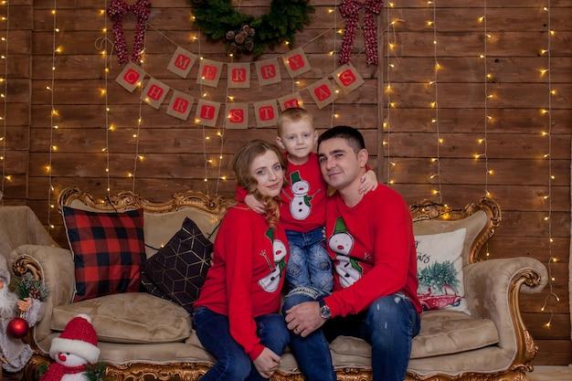 Glückliche familie zu hause nahe weihnachtsbaum