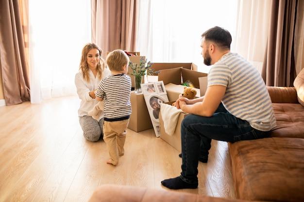 Glückliche familie zu hause