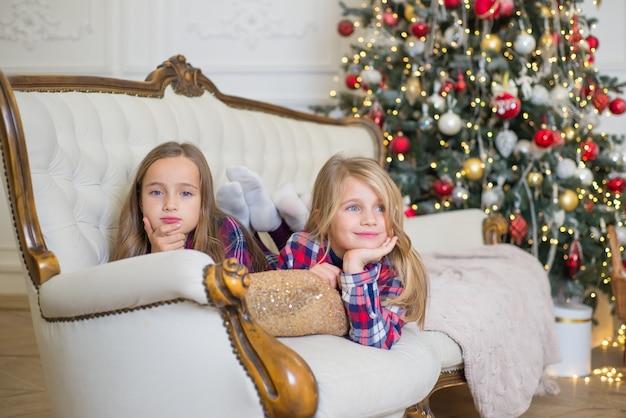 Glückliche familie zusammen zu hause feiern weihnachten