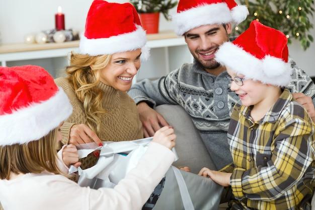 Glückliche familie zusammen zu weihnachten mit santa-hüte