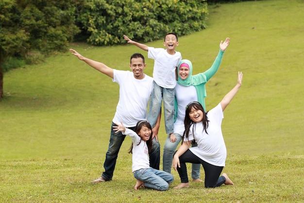 Glückliche familienform lächelnd