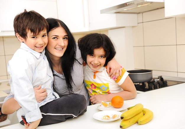 Glückliche familienküche