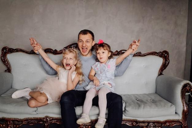 Glückliche familientochter, die vati und lachen am feiertag umarmt