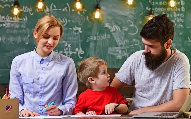Glückliche familienzeichnung. kind mit mutter und vater in der schule. kleines kind lernt mit den eltern. kreativität und entwicklung kinder