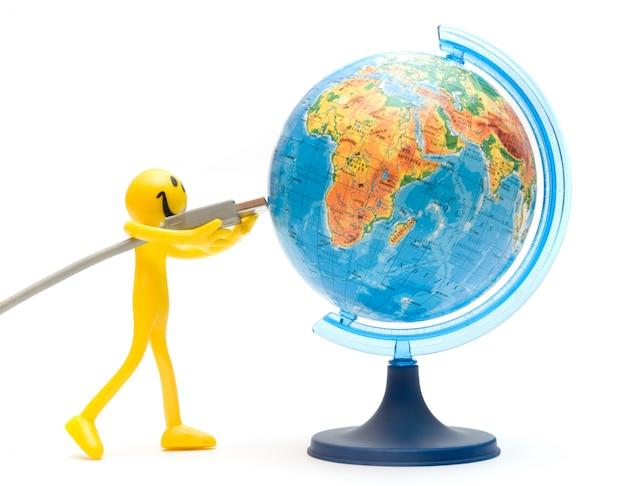 Glückliche figur, die einen globus verbindet