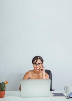 Glückliche frau arbeitet im büro