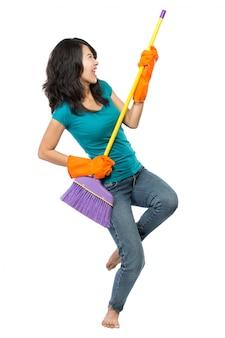 Glückliche frau aufgeregt während der reinigung