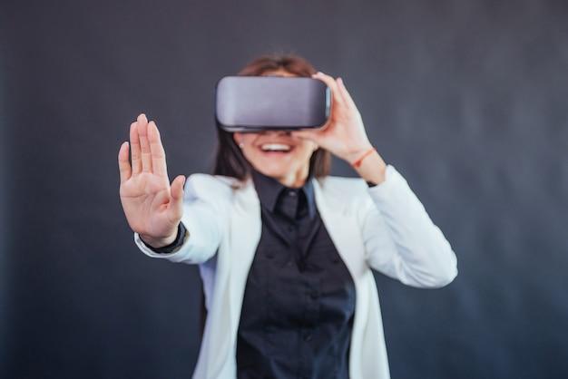 Glückliche frau bekommt die erfahrung der verwendung von vr-brille virtual-reality-headset.