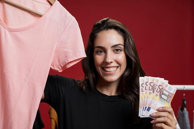 Glückliche frau bereit, ein rosa hemd zu kaufen