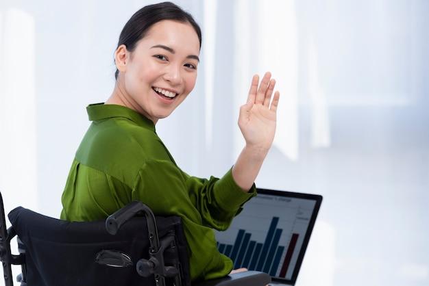 Glückliche frau, die am laptop arbeitet