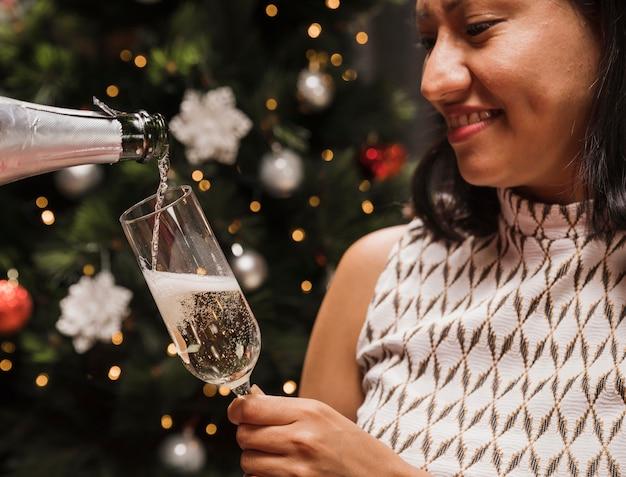 Glückliche frau, die champagnerglas hält