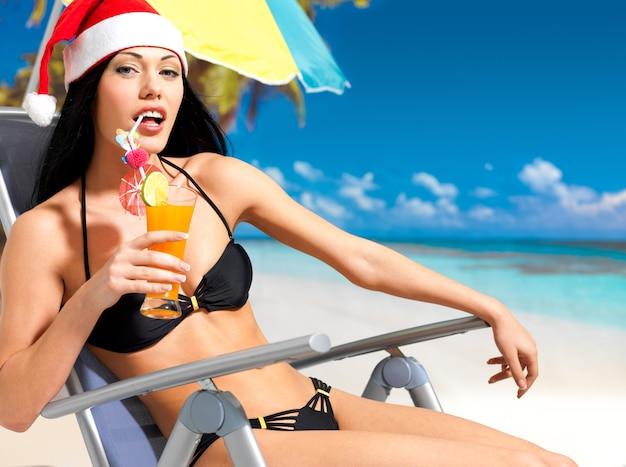Glückliche frau, die das neue jahr am strand feiert.