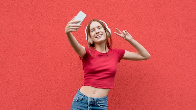 Glückliche frau, die ein selfie nimmt