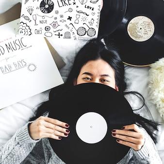 Glückliche frau, die ein vinyl anhält