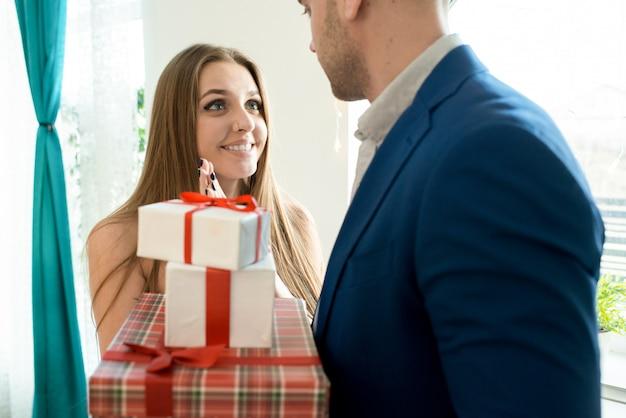 Glückliche frau, die geschenke empfängt