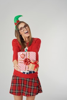 Glückliche frau, die großes weihnachtsgeschenk gibt