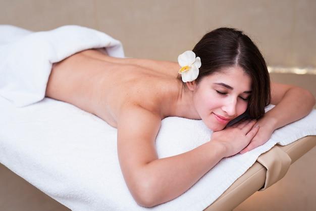 Glückliche frau, die ihren tag am badekurort genießt