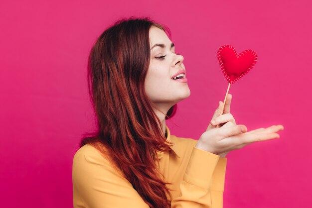 Glückliche frau, die kussherz auf stockliebesgefühle bläst