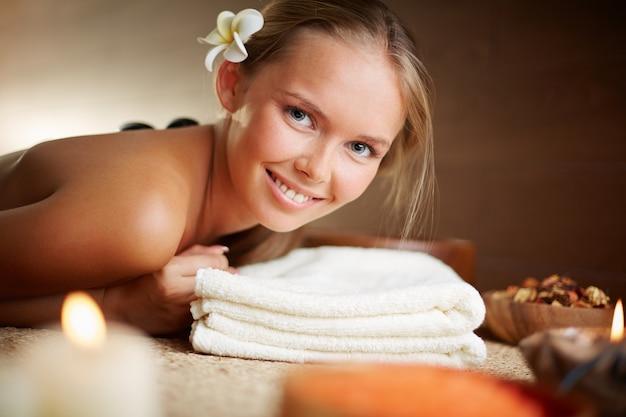 Glückliche frau, die massage mit heißen steinen