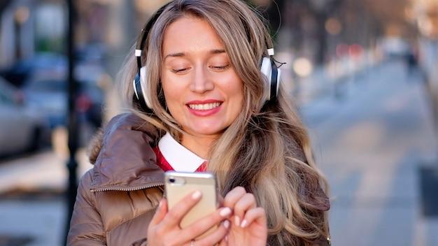 Glückliche frau, die musik auf drahtlosen kopfhörern hört