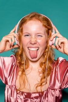 Glückliche frau, die musik auf kopfhörern hört