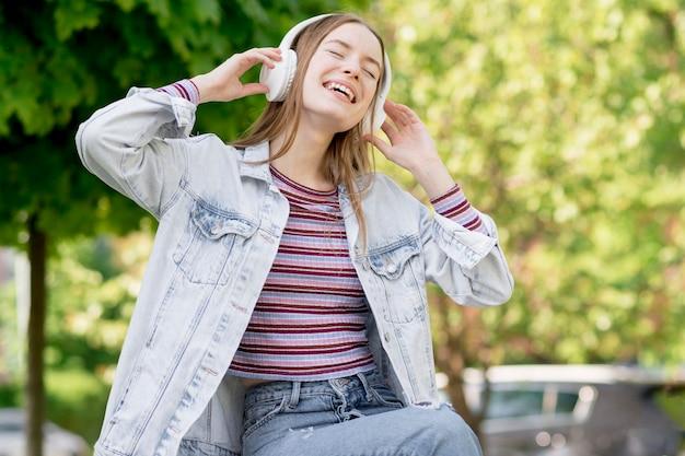 Glückliche frau, die musik hört