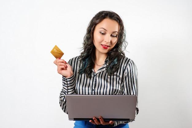 Glückliche frau, die online mit kreditkarte und computer einkauft. internet-einkauf