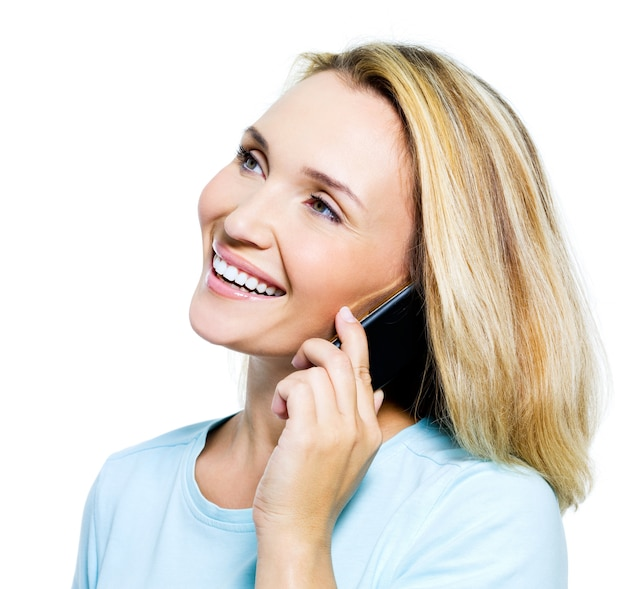 Glückliche frau, die per telefon lokalisiert auf weiß spricht