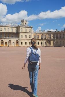 Glückliche frau, die reist und einen alten palast besucht