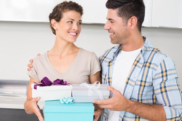 Glückliche frau, die viele geschenke von ihrem partner hält