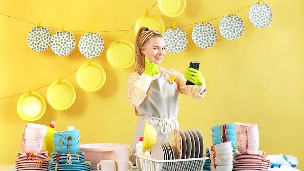 Glückliche frau genießt hausarbeit in der küche