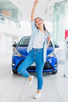 Glückliche frau im autohaus