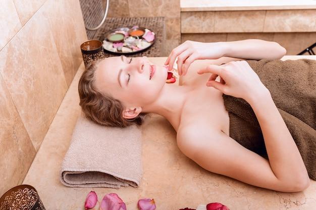 Glückliche frau im hammam oder im türkischen bad entspannen herein sich