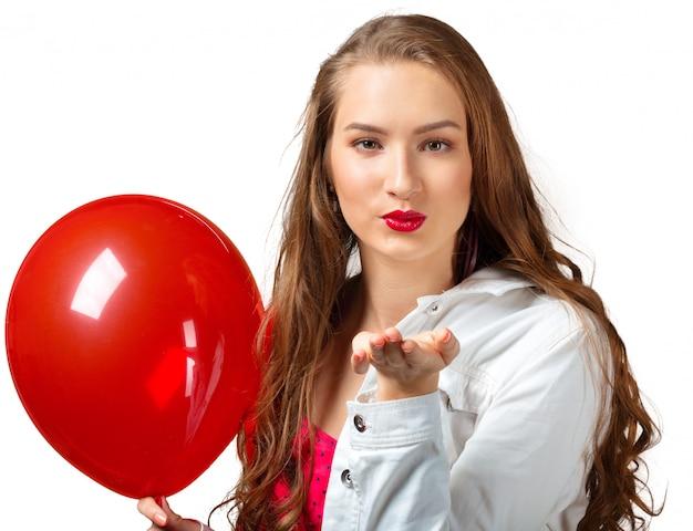 Glückliche frau im kleid mit heliumluftballon