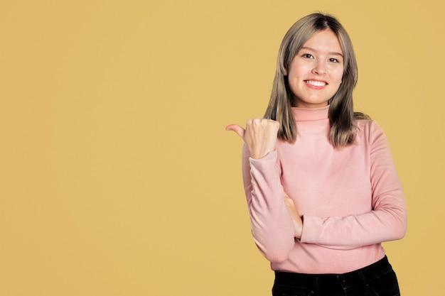 Glückliche frau in einem rosa rollkragenpullover