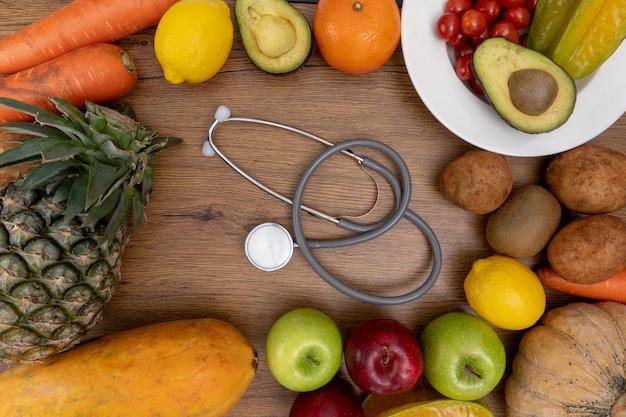 Glückliche frau isst gesundes essen sauber gesundes gesundes sauber