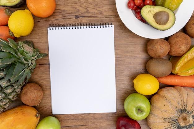 Glückliche frau isst gesundes essen sauberes gesundes gesundes sauberes