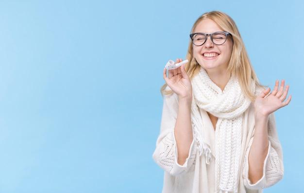 Glückliche frau mit brille lachen
