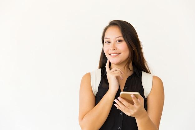 Glückliche frau mit dem smartphonelächeln