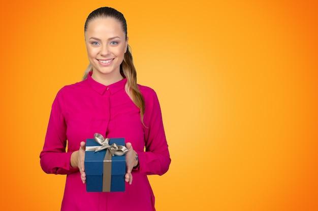 Glückliche frau mit einem geschenk