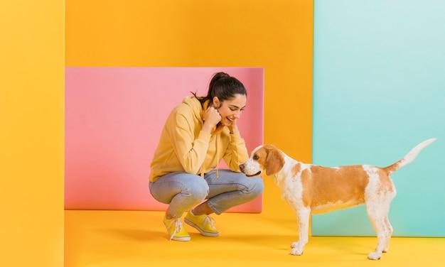 Glückliche frau mit einem niedlichen hund