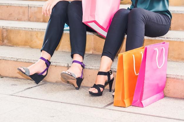 Glückliche frau mit einkaufstüten beim einkaufen genießen. frauen einkaufen, lifestyle-konzept