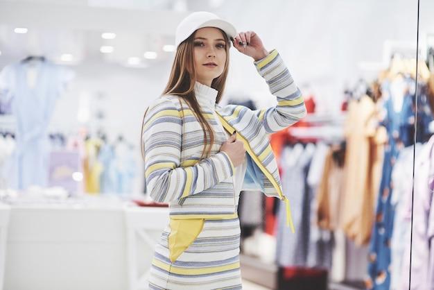 Glückliche frau mit einkaufstüten geht in den laden. der lieblingsberuf für alle frauen, lifestyle-konzept.