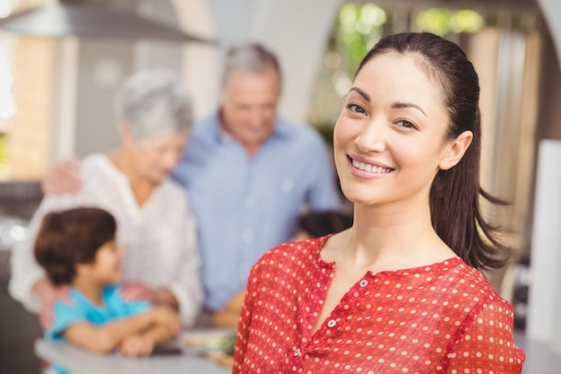 Glückliche frau mit familie in der küche