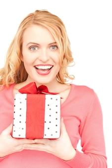 Glückliche frau mit geschenkbox über weiß