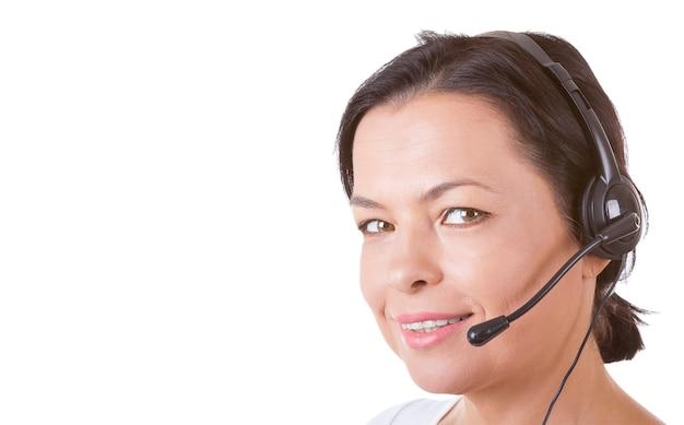 Glückliche frau mit headset, die im callcenter auf weißem hintergrund arbeitet