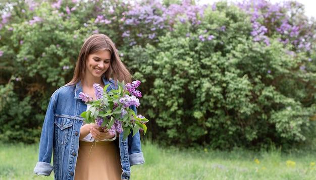 Glückliche frau mit lila blumen
